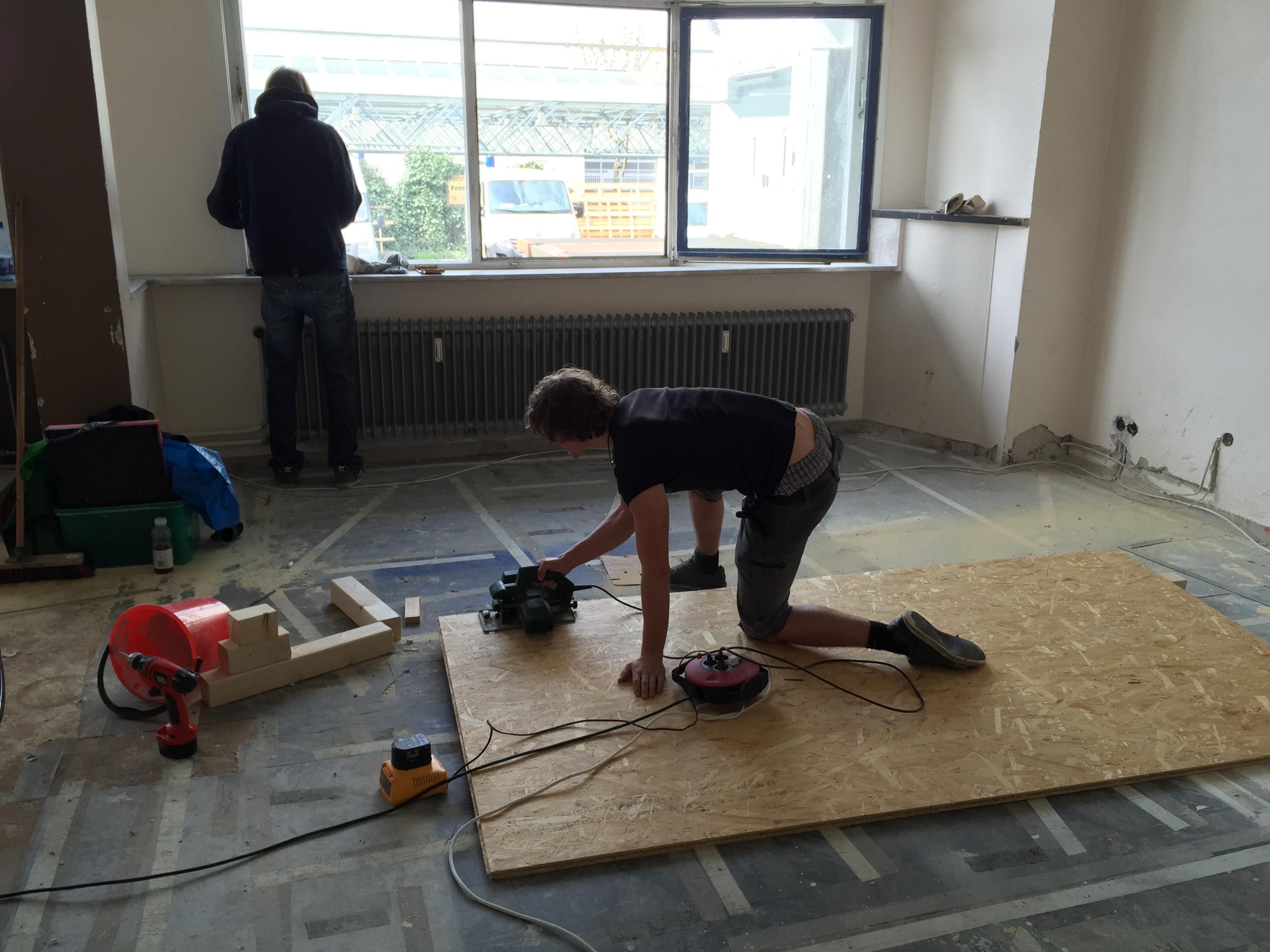 Sägen der Bodenplatten für's neue Kabuff.