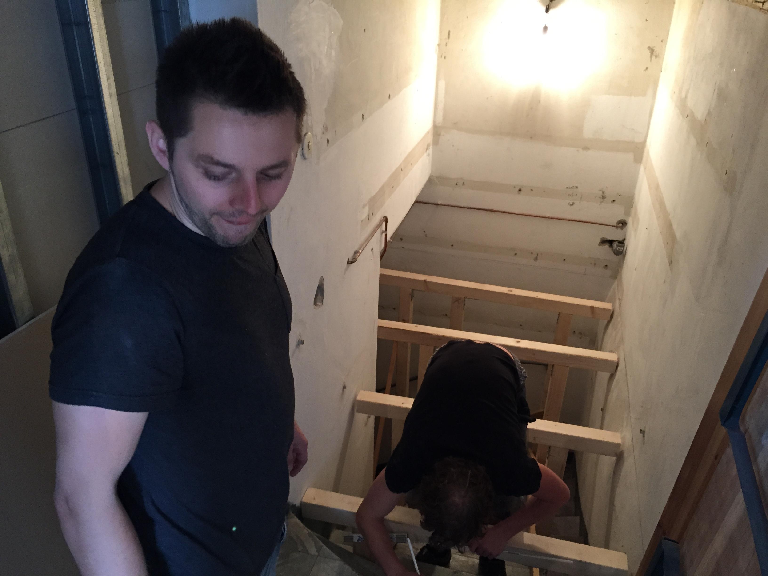 Eine wackelige Angelegenheit auf der Treppe zum Suff.